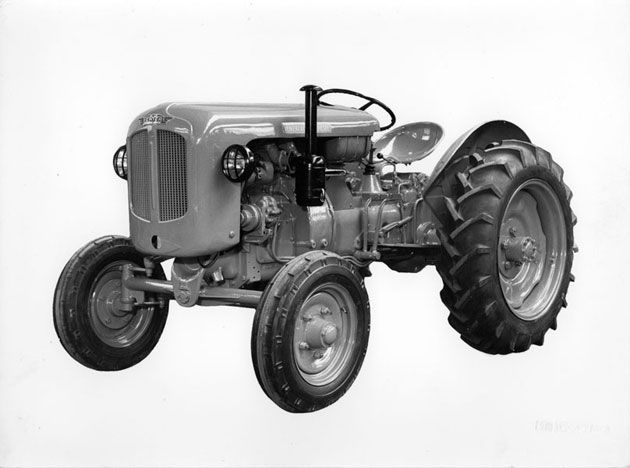 1953 New industrial production facilities. First tractor on tyres entirely built by Venieri, with Guldner 28 HP – 2 cylinder engine.