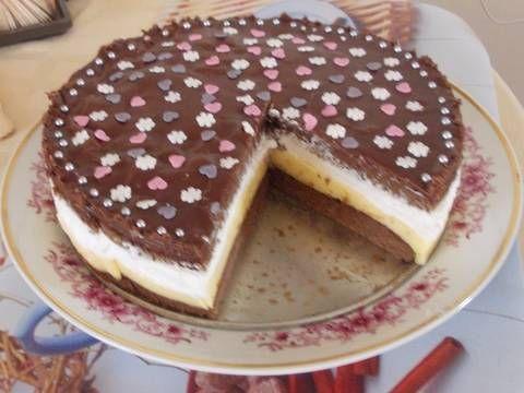 Mennyei Madártej torta recept! Egyik volt osztálytársamtól kaptam a receptet pár évvel ezelőtt. Sokáig a fiók mélyén lapult a recept, mígnem pakolászás közben a kezembe akadt néhány hete. Megörültem neki, azonnal meg is csináltam. Bánom, hogy nem bukkantam rá hamarabb, nagyon finom tortácska kerekedett belőle....