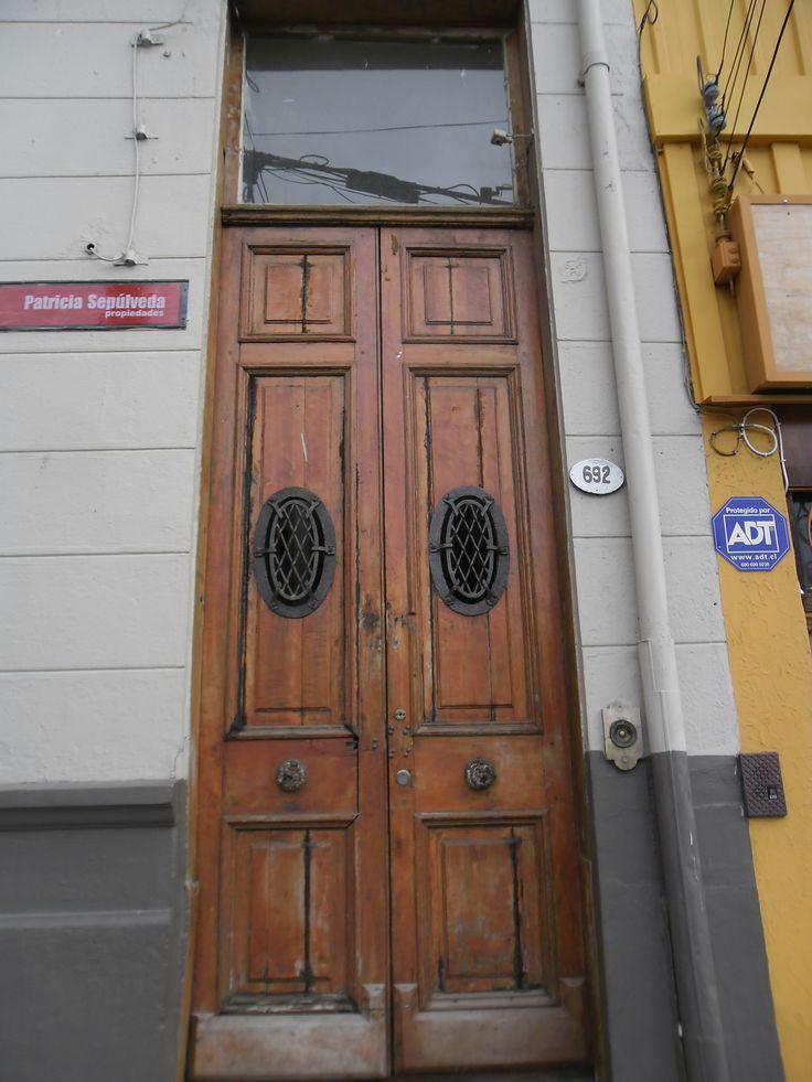 Puerta en Cerro Alegre en calle Urriola.