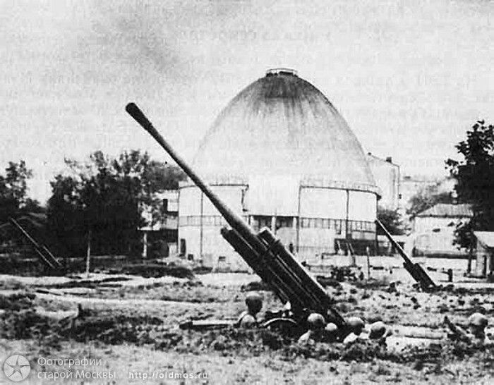 Moscow during the war, in the most severe in 1941 when Nazi troops were at the most approaches Anti-aircraft battery at the Planetarium