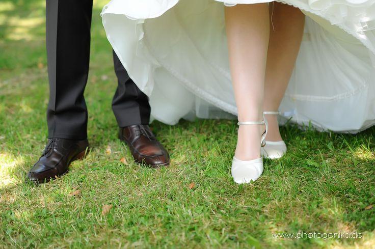 Hochzeit Brautschuhe Pumps weiß mit Riemchen und Satinband brauner Lederschuh Bräutigam
