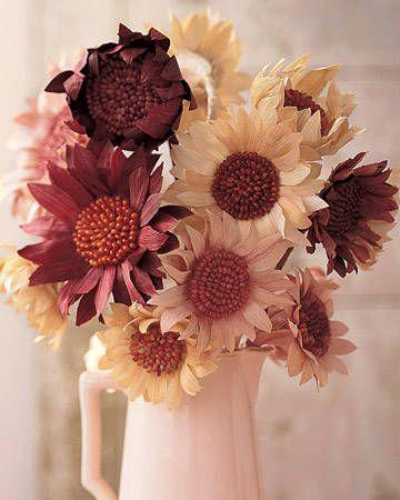 fiori fai da te di stoffa e mais, magari in un vaso trasparente, o ambra o di vimini,