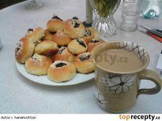 Koláče z majonézy  1/2 kg hladké mouky 4 žloutky 20 dkg majonézy špetka soli 1/4 l mléka 10 kostek cukru 1 kostka droždí = 42g tvaroh mák ořechy - do náplně drobenka