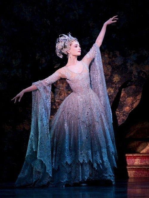jurk van de seringefee in sleeping beauty - heel mooi, lagen kant en driekwart mouw aan het eind uitlopend. glimmende, zwierige, blauw zilver witte stof