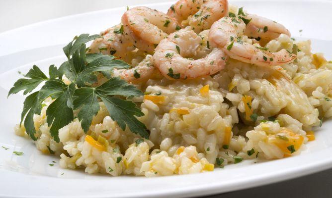 Karlos Arguiñano elabora una receta de arroz con puerros, zanahoria y gambas salteadas, un plato saludable recomendado para todos.