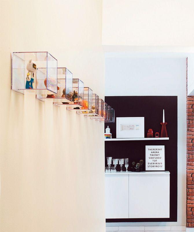 A parede do corredor revela uma coleção de toy art. Valendo-se de cubos de acrílico (a caixinha de 8,5 x 8,5 x 8,5 cm sai por R$ 4,50 na Ink...