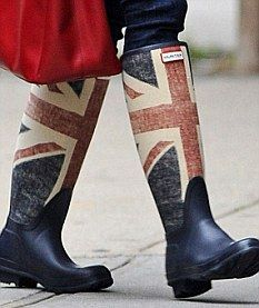 Love this outfit!  Bethenny Frankel co-ordinated her bag and jeans with her Union Jack rain boots