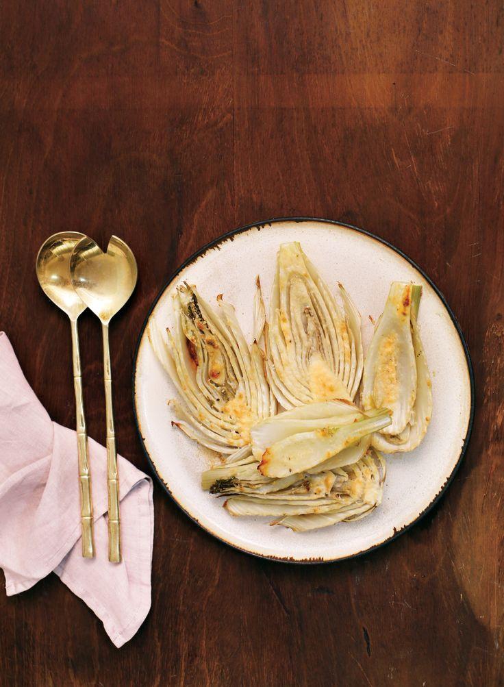 Erva-doce assada com parmesão | Receita Panelinha:  Depois de passar por qualquer tipo de cozimento, a erva-doce fica ainda mais doce. Aí mesmo é que dá aquela vontade de contrastar sabores.