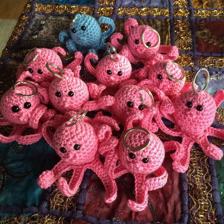 #octopus #blekksprut #bläckfisk #nøkkelring #keychain #hekle #hekling #heklet #crochet #crocheting #hækle #virka #crochetersofinstagram #europris #hobby #amigurumi @fridanb bestilte en haug med rosa blekkspruter til bursdagen sin som feires med venninner i kveld by stineskortoggodt