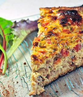 <p>Couper l'oignon et le 1/2 poivron menu, et faire revenir dans une poêle avec une cuillère d'huile d'olive. Ébouillanter les tomates et les peler.</p><p>Les couper en petits dés. Quand l'oignon est doré, ajouter les tomates dans la poêle.</p><p>Saler, poivrer, assaisonner avec le basilic et laisser réduire.</p><p>Quand les tomates ont rendu leur eau, ajouter le thon en miettes et le fromage Salakis coupé en petits dés. Laisser chauffer quelques minutes.</p><p>Battre les œufs en omelette et…