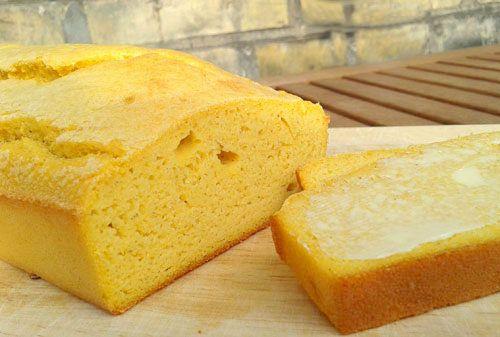 Glutenfrit majsbrød er supernemt og hurtigt at lave. Det passer rigtig godt som tilbehør til mad eller til morgenmaden med fx marmelade på.