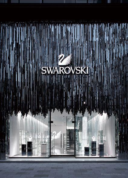 Esta es un fachada peculiar de la marca conocida de joyas de lujo (Swarovski) que innova con sus elementos exteriores.
