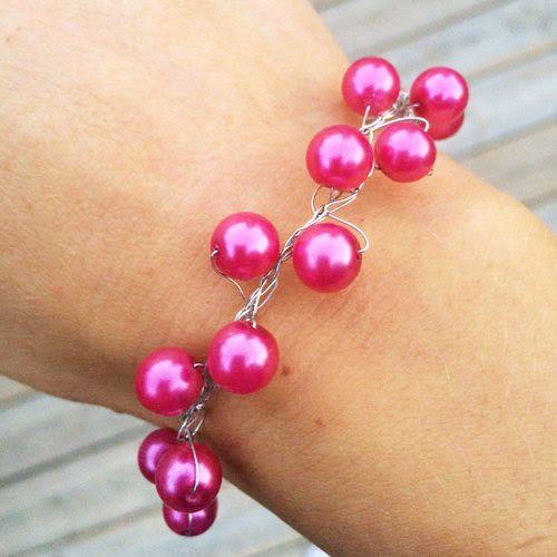 Metalltråd + pärlor = armband Att pyssla sina egna smycken är väldigt roligt. Det har vi säkert sagt flera gånger. Vi gillar när vi får tips på pyssel som man klarar av utan större problem. Idag blev det metalltråd och pärlor. Denna variant av armband kan man faktiskt sticka eller virka. Istället för mjukt garn …