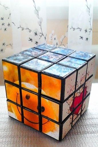 За основу взятий звичайний кубік Рубіка, на гранях замість кольору я створювала картинки в техніці декупажу, використовувала також блестки для прикрашання, але це за бажанням замовника. Картинки також можна замовляти, в даному випадку я їх підібрала як побажання на День Народження (гармонії, усмішки, уютного дому, кохання, віри в себе та досягнення задуманого не дивлячись ні на що). Кубік повністю робочий, його можна складати як звичайний.