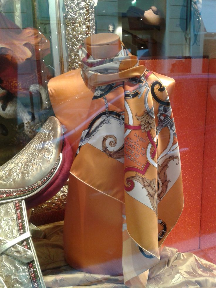 Foulard Hermès base orange vu dans la grande vitrine