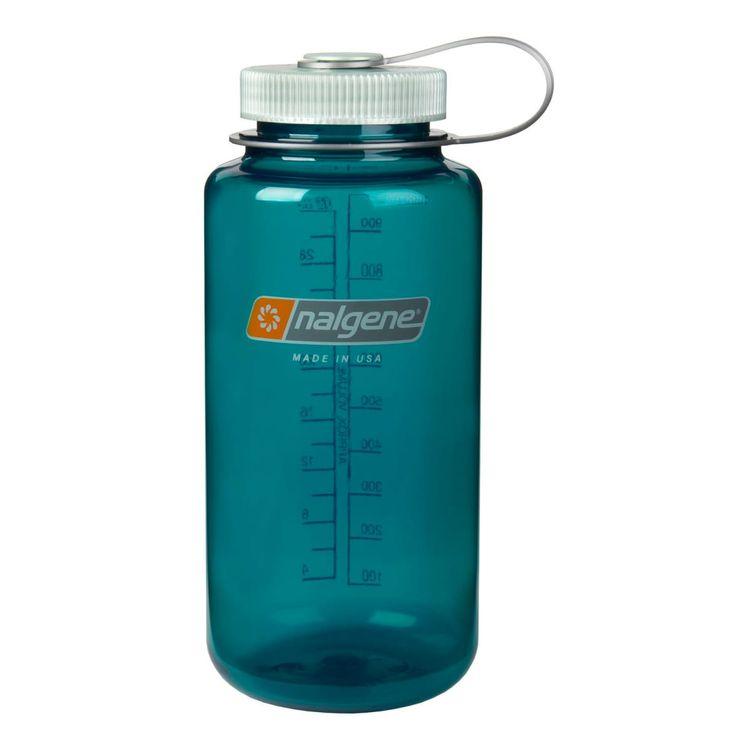 Nalgene Wide Mouth 1,0 liter er en støtsikker vannflaske med stor åpning og lekkfri skrukork. Nalgene-flasker gir ikke bismak og er både et miljøvennlig og hygienisk alternativ til vanlige PET-flasker