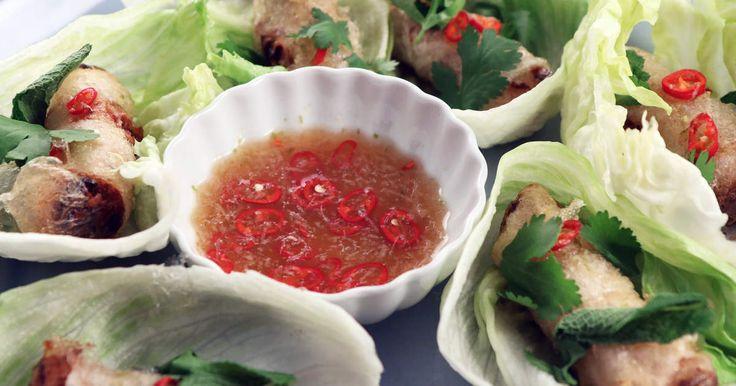 Hemgjorda, friterade vårrullar med fläskfärs och räkor som serveras med en riktigt god dippsås och fräscha örter.
