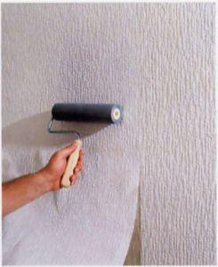 vliesbehang. Een makkelijk behang om op te plakken, maar ook makkelijk te verwijderen. Lijm op de muur, behang erop, nog een keer aandrukken met een roller en klaar.