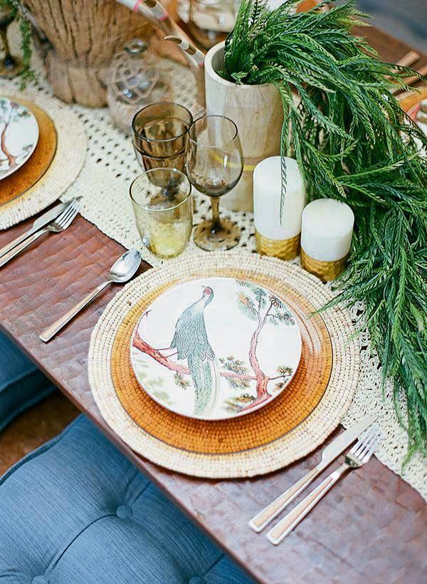 Karoo-Kerstafel | 'n Tikkie goud, groen loof, gekleurde glase en 'n gehekelde tafelloper