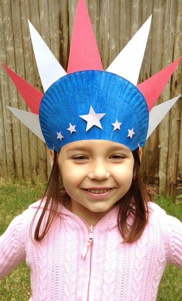 This patriotic paper plate hat will have kids decorating quietly while you get the grill fired up. #July4th #Craft