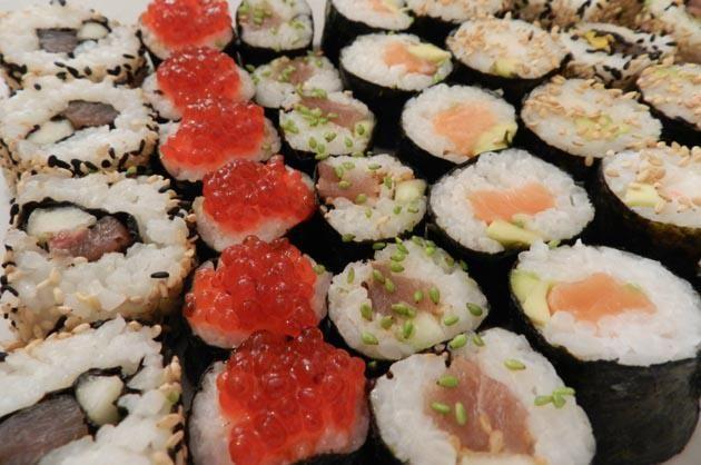 Ingredientes y accesorios: Tapete de Bambú (Makisu) - Tabla de corte (para el sushi es más higiénica de plástico) – 1 cuchillo afilado - Una espátula de ma ...