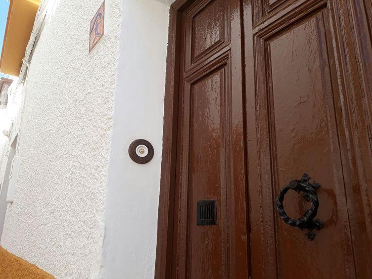 No sólo lámparas puedes encontrar en Electricidad Aranda. Lamparas e iluminación en Almería También mecanismos de Niessen Simon y en este caso Fontini, un pulsador con madera envejecida. Diy con nuestra ayuda en materiales eléctricos especializados