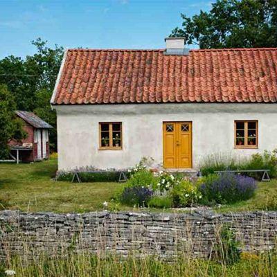 Swedish Summer House ♥ Лятна къща в Швеция   79 Ideas. Yellow door for front entrance?