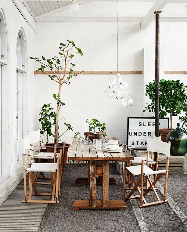 Stol Folding Chair av Mogens Koch, 5 690:-, Nk Inredning. Bord av Piet Hein Eek, 24 000:-, Nk...