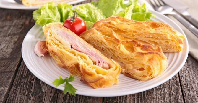 Recette de Feuilleté familial jambon et emmental simplissime. Facile et rapide à réaliser, goûteuse et diététique.