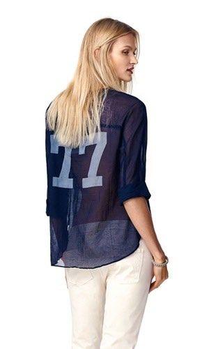 """Essential Pearson Blouse. Let navy skjortebluse fra svenske Hunkydory. Modellen har rund udskæring og 3/4 ærme med et lille opsmøg. Bærestykket og ærmer er syet i et stykke, og skjorteblusen har derfor en syning under brystet. Blusen har på trykt """"77"""" bagpå i en flot grå farve."""