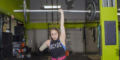Wanita Angkat Besi Dengan 1 Tangan - Jika, kebanyakan atlet angkat besi mengangkat beban dengan menggunakan dua belah tangan, kali ini ada seorang wanita yang mengangkat besi seberat 95,2 kg hanya dengan satu tangan. Wanita hebat tersebut bernama Krystal Cantu yang berasal dari Texas, Amerika Serikat.Krystal dulunya memang seorang atlet angkat besi yang sangat hebat