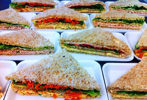 Sanduíche natural no pão de forma integral.