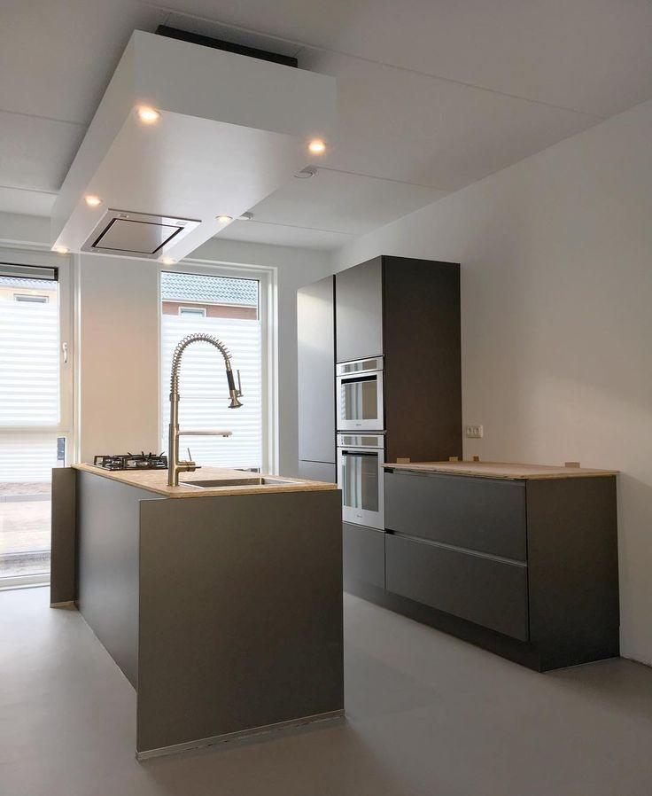 w e e k e n d ▸ dit weekend kunnen eindelijk de meubels van zolder want de benedenvloer is klaar. Ook de keuken is zo goed als af, alleen het keukenblad nog. Die is besteld en wordt hopelijk snel geleverd. Wat doen jullie dit weekend? ▸ ▸ #keuken #grijzekeuken #betonvloer #betonlook #betondesign #woonbeton #kitchen #greykitchen #wooninspiratie #interieur #wonen #interieurinspiratie #nieuwbouw #nieuwhuis #klussen #verbouwen