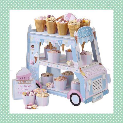 Deze fantastische ijscowagen doet het goed op ieder feestje! Leuk om echte ijsjes in te presenteren, maar ook erg leuk om met snoep gevulde bakjes en hoorntjes in te zetten. En na het feest? Je kunt hem makkelijk weer opbergen, maar hij is ook stevig genoeg om mee te spelen! http://dekinderkookshop.nl/product/ijscowagen/