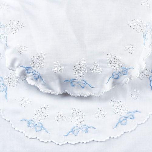 Juego de cuna 1896. Juego de cuna bordado siguiendo un diseño y unas técnicas de 1896. Realizado en batista. Juego de sábanas de cuna para bebé con bodoques bordados.