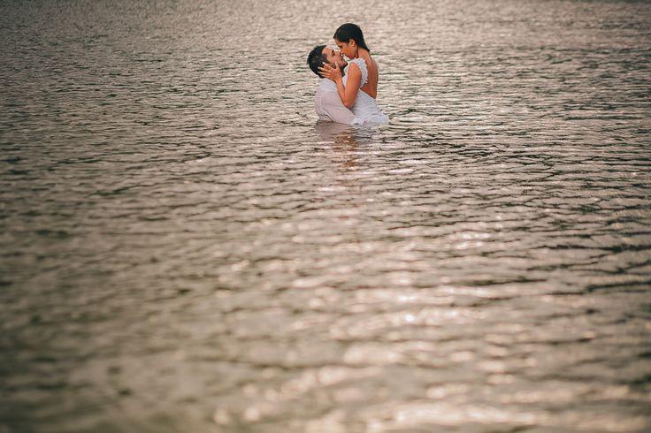 trash-the-dress-paula-e-walter-praia-do-rosa-santa-catarina-sc-ensaio-na-praia-ensaio-com-chuva-renan-radici-fotografia_0151