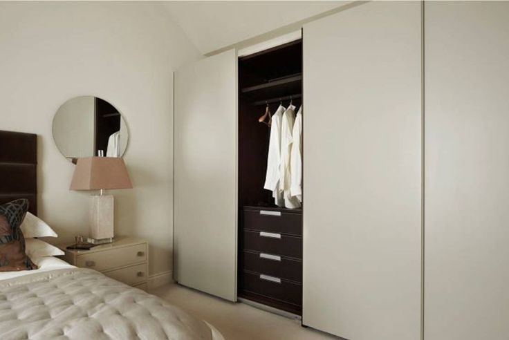 Antlante wardrobe with sliding doors is perfect for this English bedroom. Atlante con ante scorrevoli è perfetto per questa camera da letto inglese.