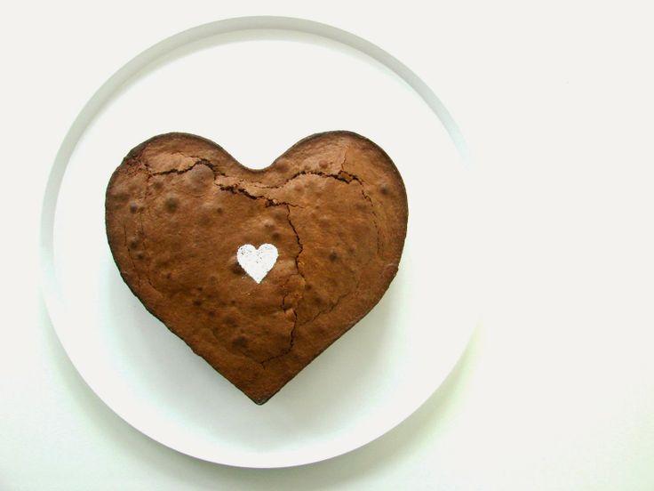 chocolade.cake 200 gr pure chocolade 200 gr suiker 150 gr boter 150 gr bloem 1 kl bakpoeder 4 eieren  smelt chocolade, boter en suiker samen in de microgolfoven voeg het geel van ei toe en meng tot een egaal mengsel voeg bloem en bakpoeder toe klop het eiwit op en voeg het toe aan het deeg bak 45 minuten in een voorverwarmde oven van 175°