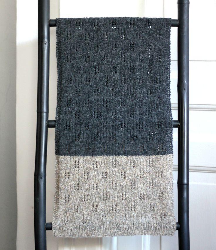 Fnuglet strikket tofarvet tørklæde