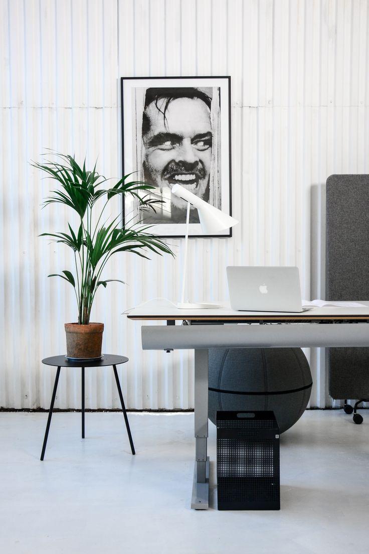 Inspirerande kontorsmiljö med begagnade kontorsmöbler