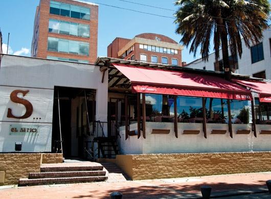 Nuestra terraza es el lugar ideal para disfrutar de una deliciosa bebida o algo de comer.