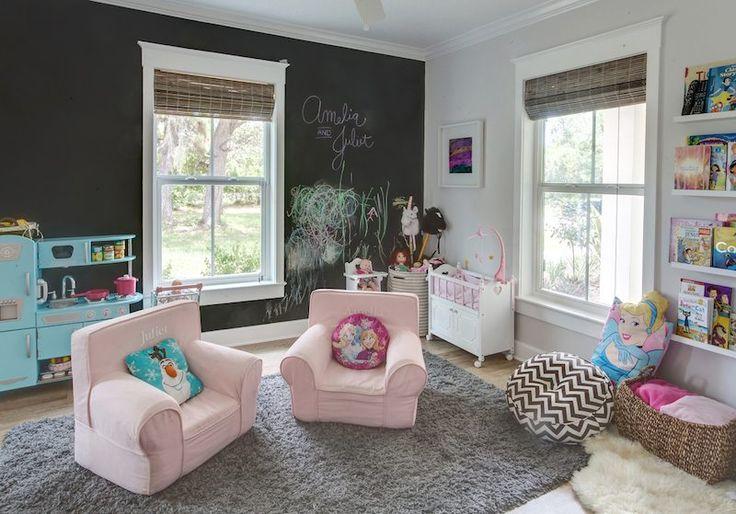 salle de jeu pour fille avec fauteuils rose et peinture murale tableau noir