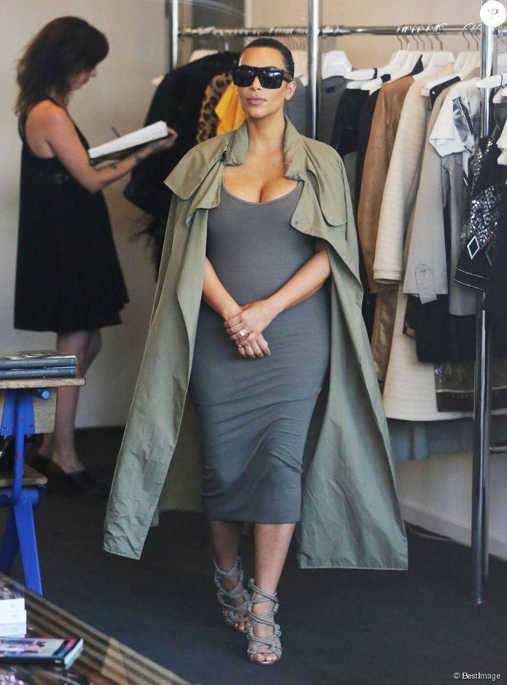 Kim Kardashian, enceinte, fait du shopping à West Hollywood, habillée d'un manteau kaki Isabel Marant, d'une robe James Perse et de sandales Jimmy Choo (modèle Kano). La star de télé-réalité de 34 ans porte également des lunettes Céline. Le 16 juillet 2015.