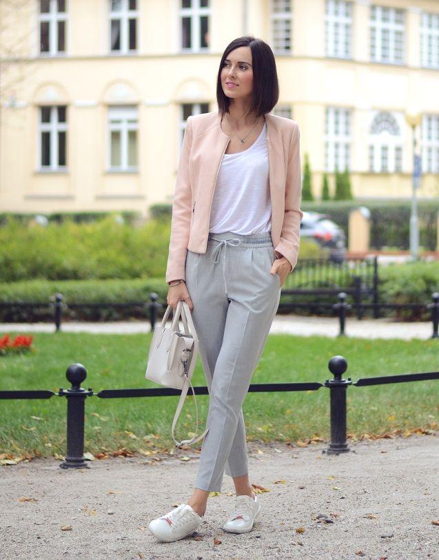 Удобные белые кроссовки и серые брюки с резинкой на талии, куртка цвета nude и обычная белая майка - хороший вариант в чем пойти на работу