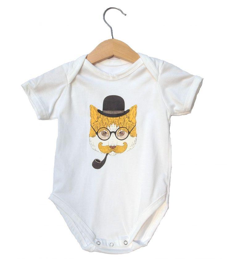 FASHION ANIMAL BODYSUIT CAT | Bodysuit bayi dengan kancing di bagian bawah, bahan cotton yang nyaman untuk bermain di rumah dan tetap stylish untuk bepergian, warna putih dengan gambar kucing yang memakai topi bowling, kacamata, dan cangklok menyerupai detektif.