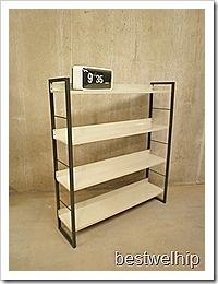 Deze metalen wandkast is ontworpen door D.Dekker voor Tomado, Nederland. Periode: 1958, dutch design. Dit metalen wandsysteem heeft een d. grijs metalen frame en metalen planken in ecru kleur. Dit model is makkelijk te plaatsen door zijn beperkte afmetingen  H1.10 x D25 x B98  cm en 4 planken. Deze metalen vintage design boekenkast verkeert in zeer goede vintage staat. Absoluut een design object in je kamer.Verkrijgbaar: www.bestwelhip.nl
