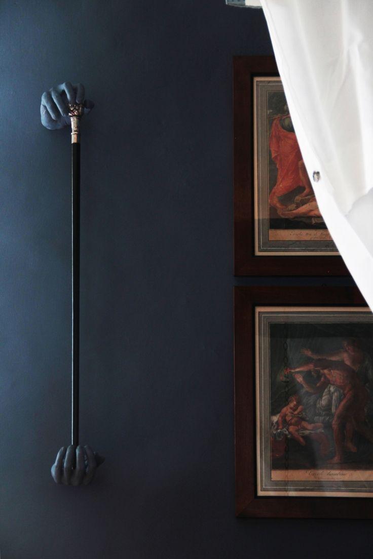 Blue bedroom - Wall decoration - Mani in gesso che sostengono un bastone da passeggio in argento con decorazioni orientali artigianali