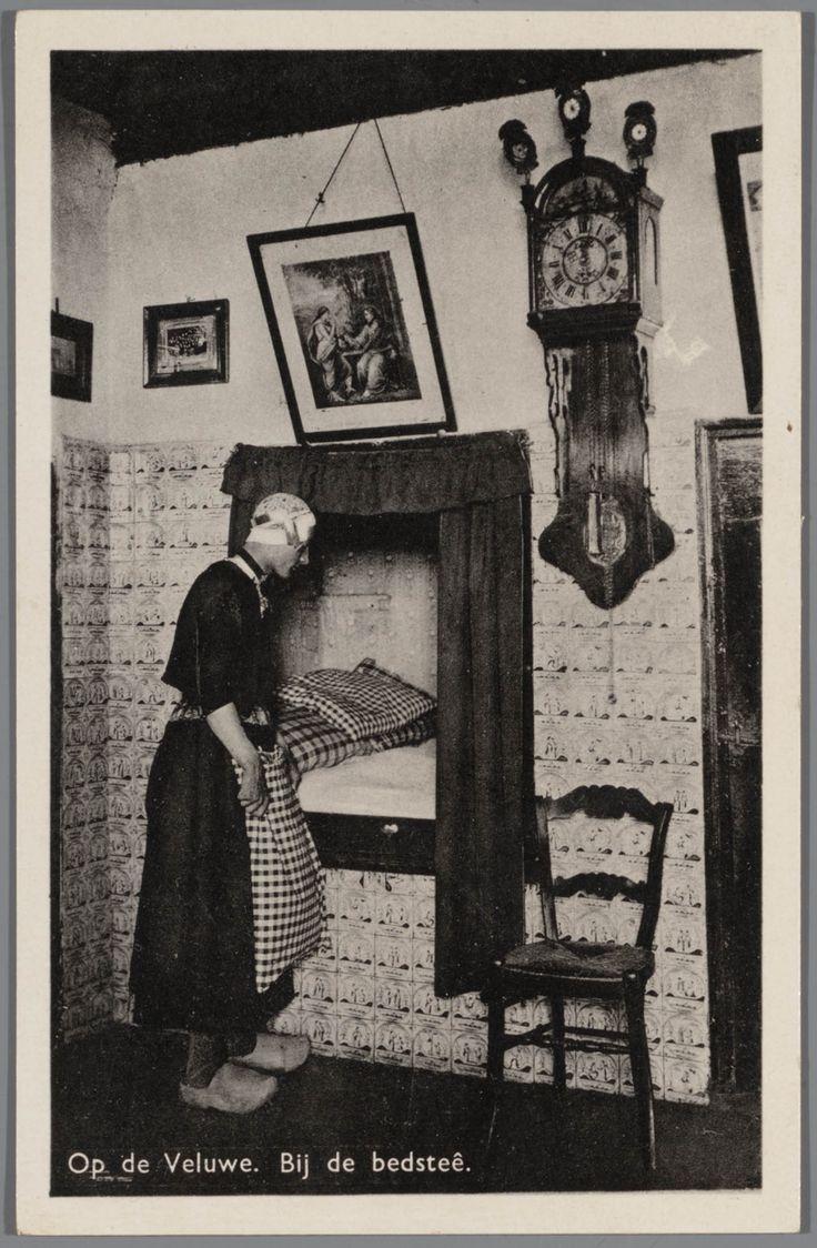 Vrouw in Veluwse streekdracht bij bedstede. na 1905 #Veluwe #Gelderland #oudedracht