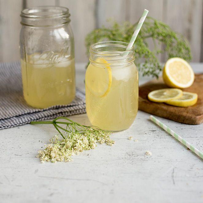 Holunder riecht nicht nur gut, man kann auch viele köstliche Rezepte mit ihm zubereiten. Zum Beispiel einen Sirup, der mit seinem leicht herben, blumigen Geschmack mit etwas Mineralwasser zu einer erfrischenden Limonade für warme Sommertage wird.