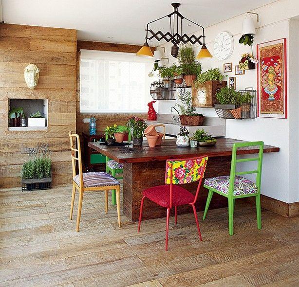 Varanda gourmet, com horta e madeira de demolição, que dá a sensação de se estar numa casa rústica.